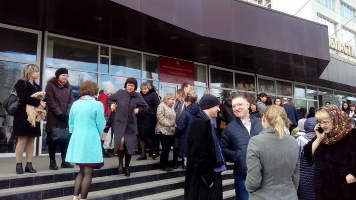 «Работу продолжили на улице»: из здания в Челябинске эвакуировали сотрудников Минсоца и газеты