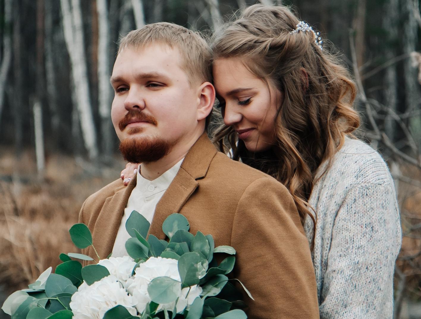 Молодые люди недавно сыграли свадьбу и ждали ребёнка