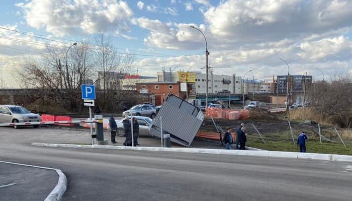 Ветер поднял вверх остановку: смотрим последствия непогоды в Новосибирске