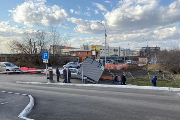 На Якушева остановка упала на автомобиль