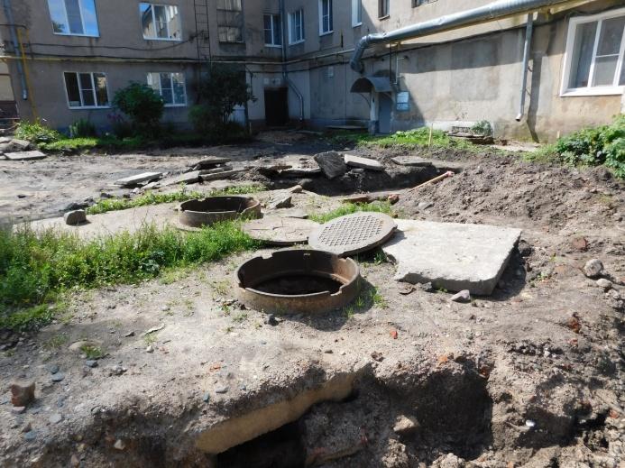 Жители Переславля-Залесского уже привыкли к бесконечному ремонту сетей и открытым люкам
