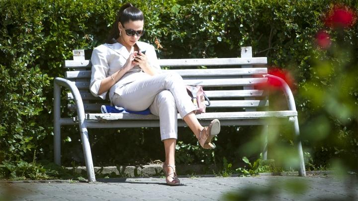 Закрывай коленки, оголяй грудь: 10 летних образов для похода в офис