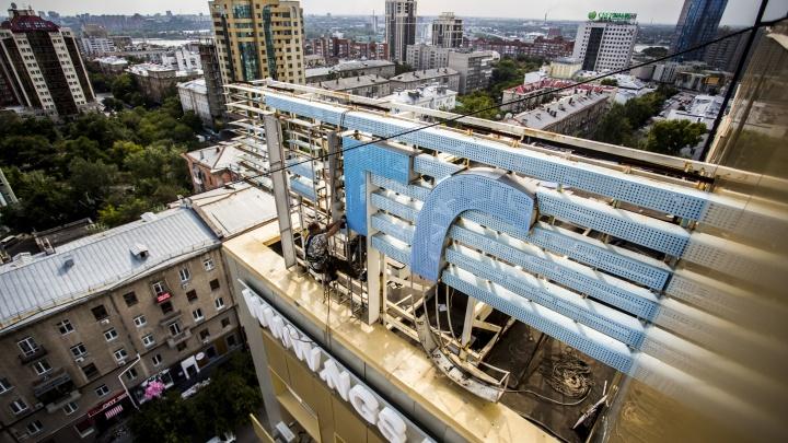 Эпохальное видео: буквы НГС демонтировали с крыши бизнес-центра на Ленина