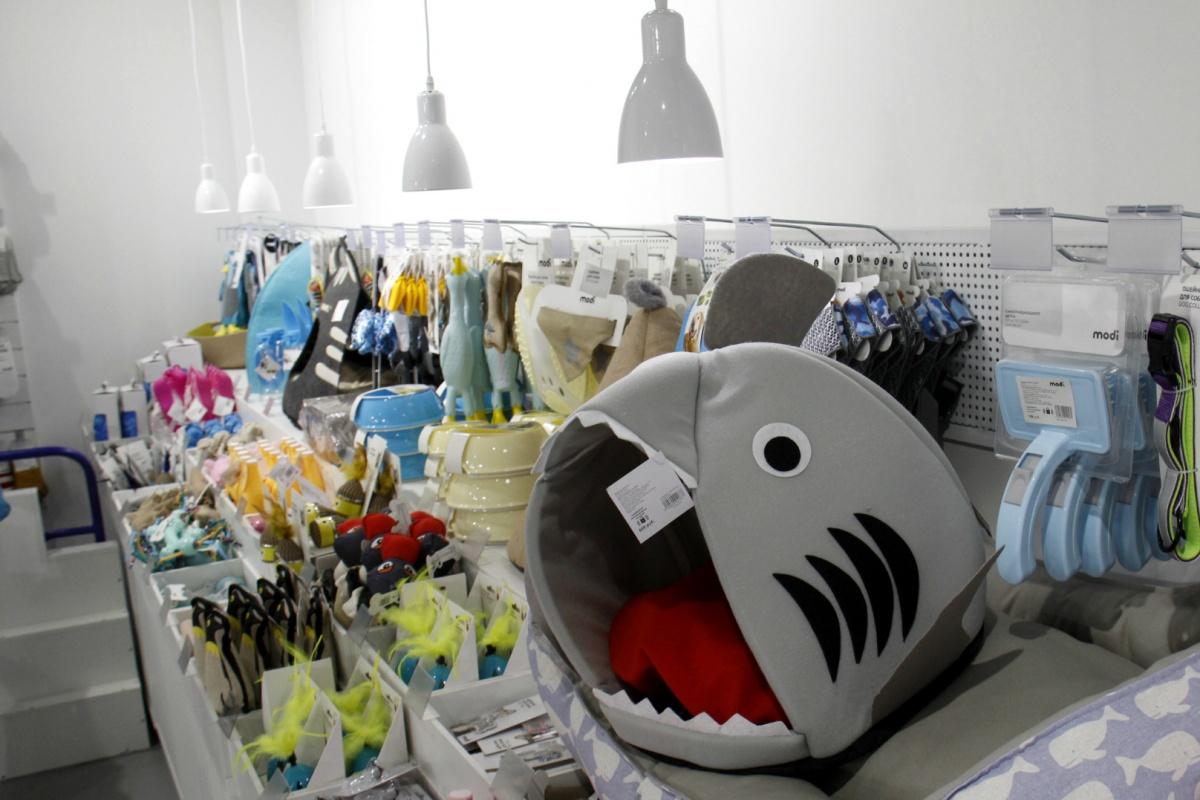 Магазин торгует привычными товарами, которым придана необычная форма