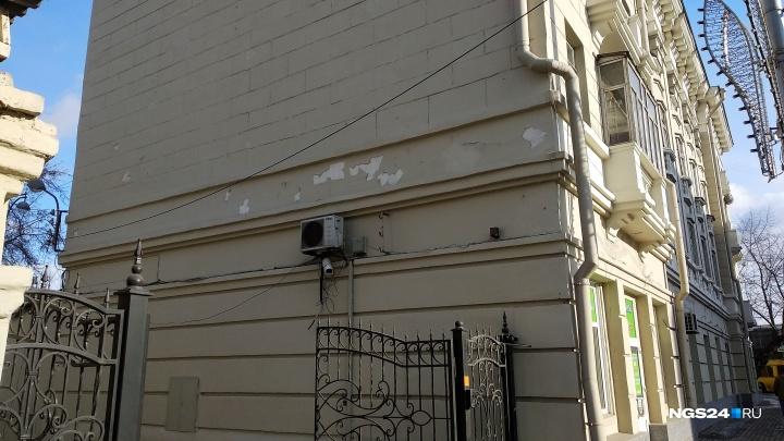 Новая краска на доме в центре Красноярска кусками начала отваливаться со стен