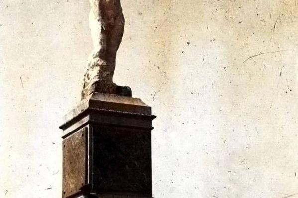 Памятник «Ваньке голому» на постаменте от памятника Александра Второго