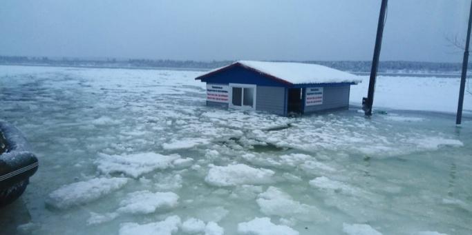 Спасатели организовали переправу для жителей затопленного талой водой Абалаково