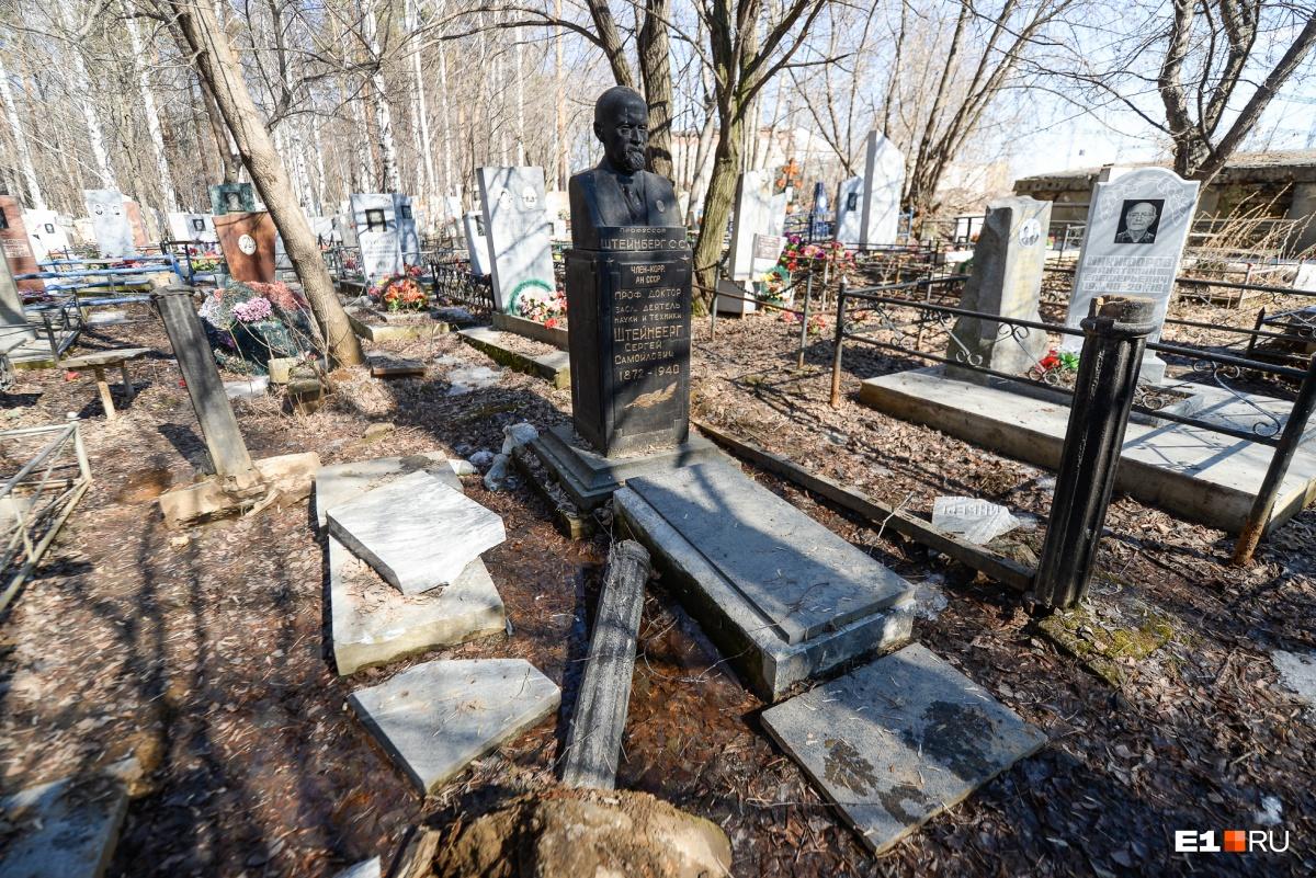 Сергей Самойлович Штейнберг — известный уральский металлург.Рядом похоронен сын, но его могила разрушена