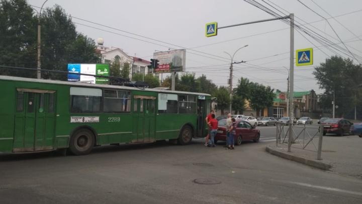 Троллейбус столкнулся с легковушкой на Кирова— образовалась пробка
