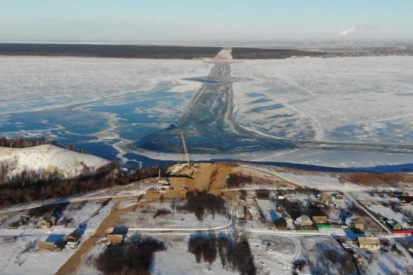 На льду Волги обозначили место будущего моста