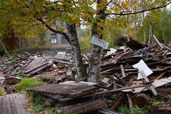 Дома начали разбирать в марте. В сентябре строительный мусор никуда не исчез
