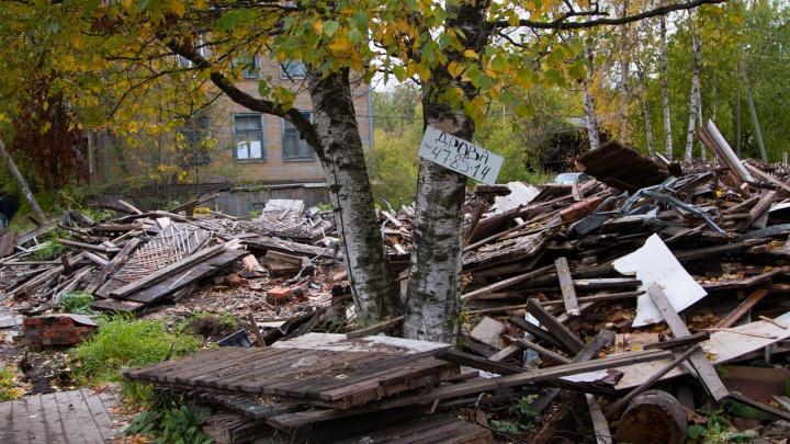«Всё распродали, а строймусор остался»: когда с Урицкого уберут «останки» разобранных деревяшек?