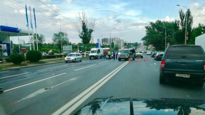«Он стонал и повторял, что ему больно»: байкер попал в аварию с грузовиком в Волгограде