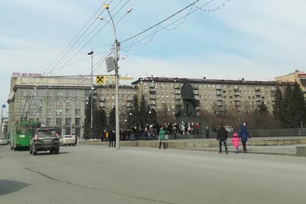 Новосибирцы выпустили белые шары около 15:05