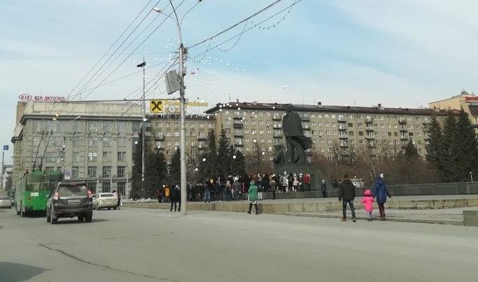 Новосибирцы выпустили в небо сотни белых шаров в память о погибших кемеровчанах