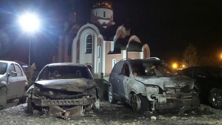 На охраняемой парковке на Чкалова сгорели два автомобиля