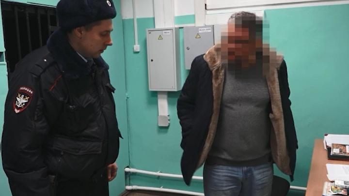 Попытался ударить соседку и рвался в кабину пилотов: пассажир из Новосибирска устроил дебош в самолёте
