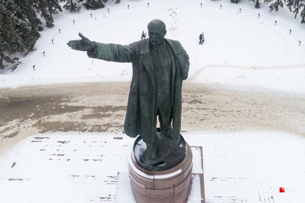 Постамент Ильича разваливается, а сам он покрылся «зелёнкой»