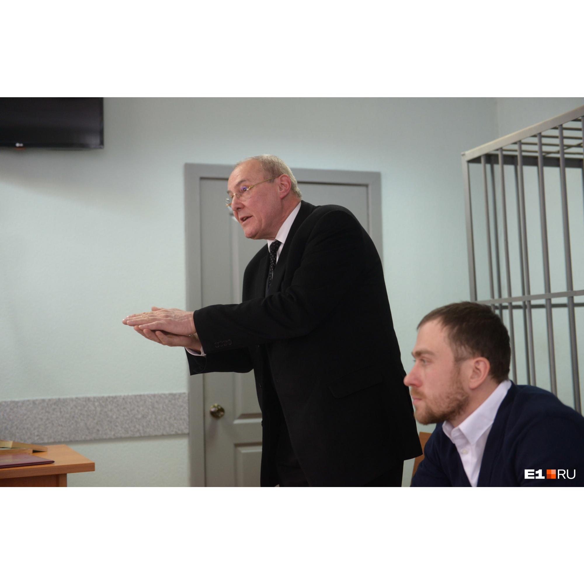 Адвокат Игорь Михайлович был эмоционален и заявил, что судья не дал защите ознакомиться с многотомными материалами следствия