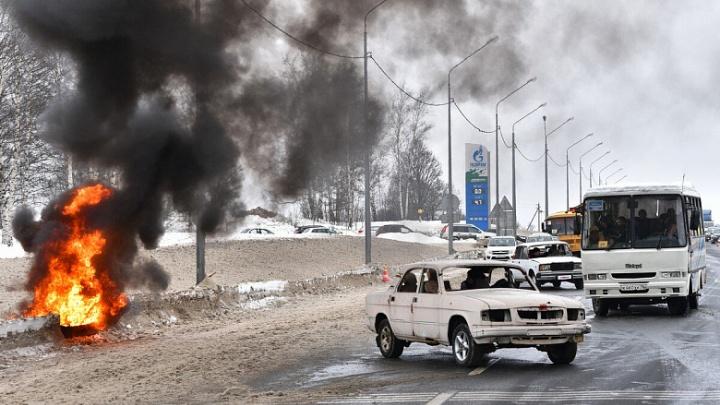 Пожар и разбитые машины: что сегодня происходило на трассе в Ярославской области. Кадры
