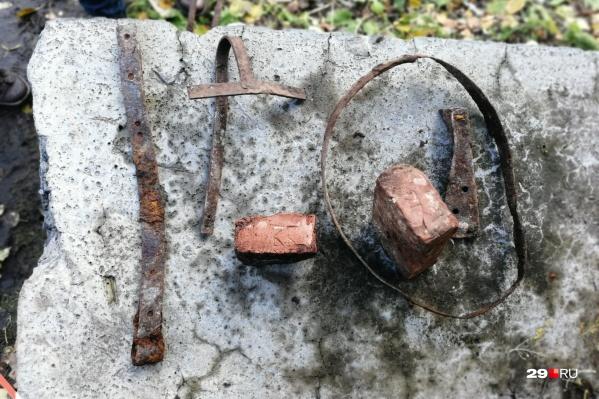 Старинные вещи, которые местные жители нашли в сквере на набережной после земляных работ