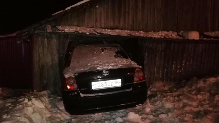 Пьяный водитель пробил стену дома в Ялуторовске и въехал на кухню: «Да я просто мужика объезжал»