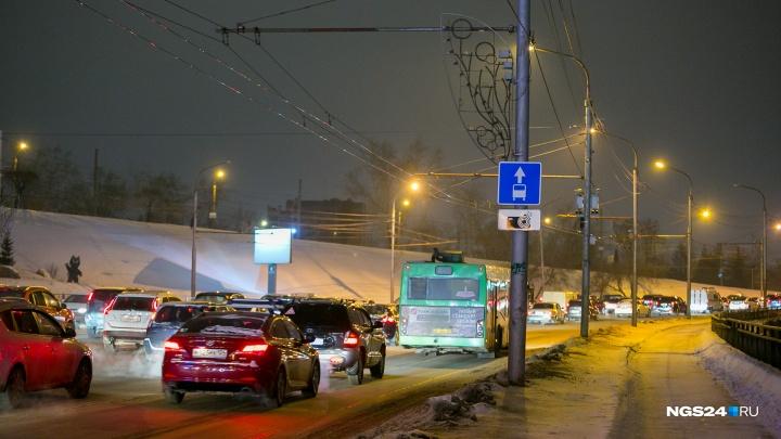 «Красный ад»: Красноярск встал в 9-балльные новогодние пробки