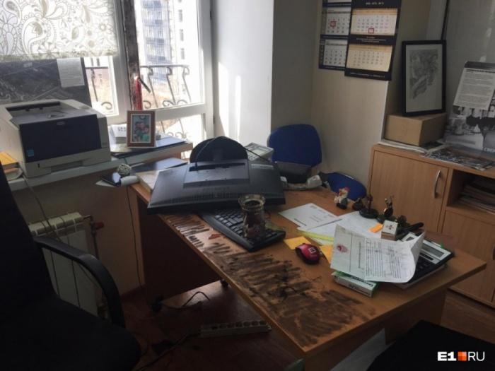 На столе генерального директора Сергея Плахотина неизвестные оставили записку: «Сдохнешь, сявка»