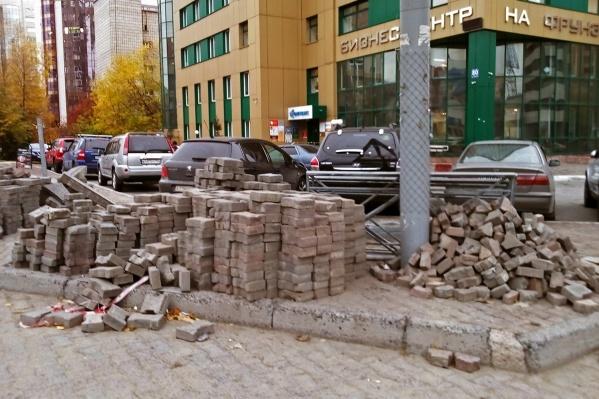 Тротуар не могут восстановить уже несколько недель
