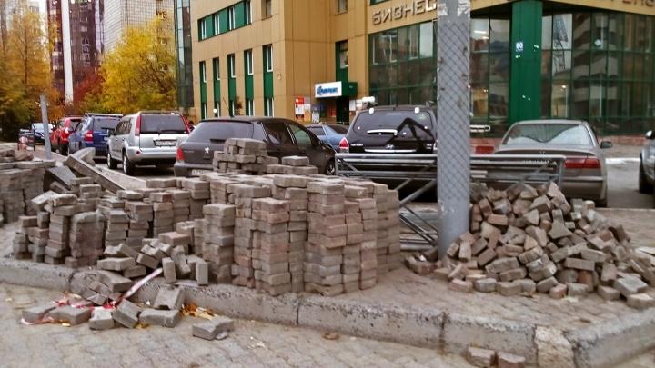 Коммунальщики завалили тротуар на Фрунзе плиткой, забором и старыми поребриками