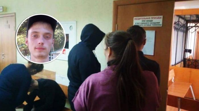 Во время процессов подростки стараются прятать лицо от камер и не общаются с прессой