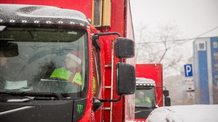 По улицам Новосибирска проехал караван красных грузовиков