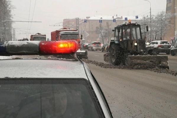 Колонны снегоуборочной техники сопровождают экипажи ДПС