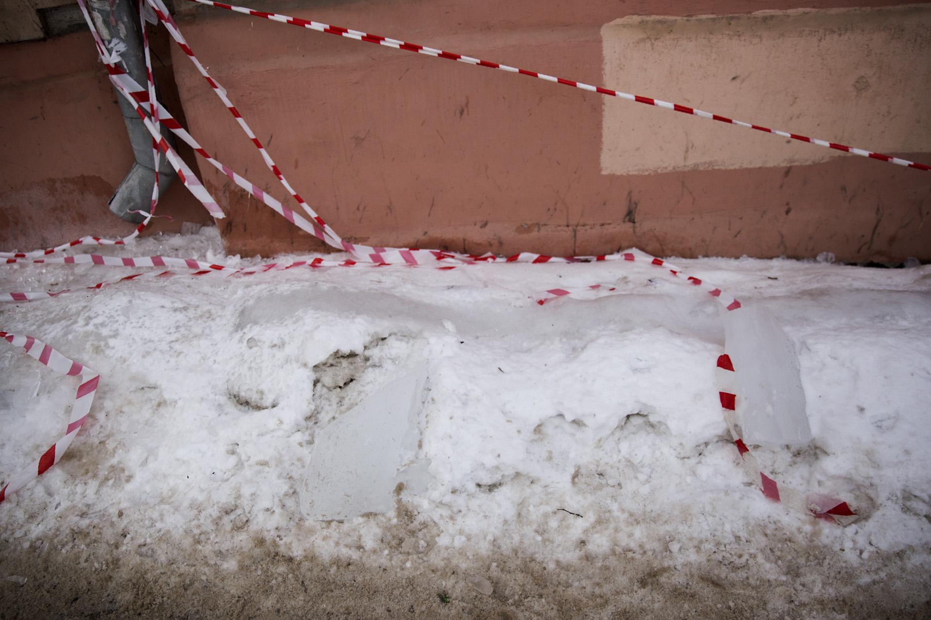 Сброшенный с крыш снег и лёд заставят убирать собственников зданий