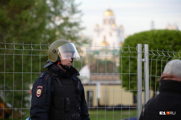 Правоохранительные органы обыскивают и допрашивают участников протестов в сквере