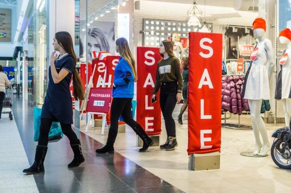 Магазины начали распродажи перед поступлением новой весенней коллекции