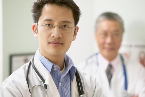 Китайские врачи принимают около Березовой рощи
