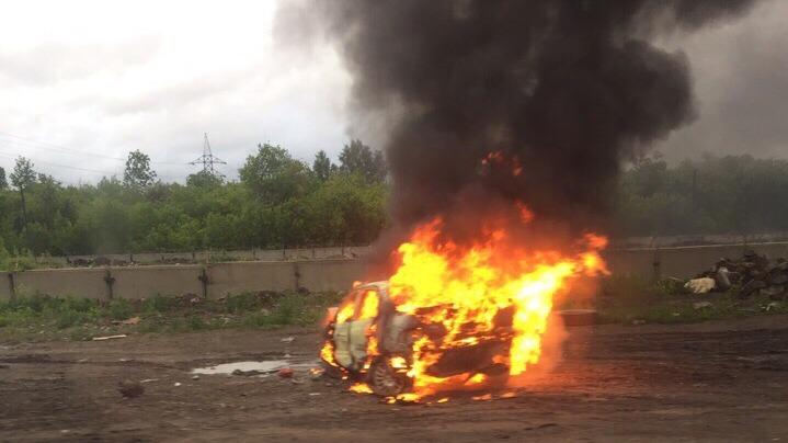 Машина вспыхнула после аварии на Толмачёвском шоссе