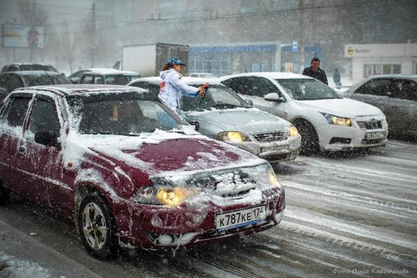 По нормативам через несколько часов после снегопада дороги должны быть без снега, наката и льда, а если это не так — виновным в аварии могут признать дорожников