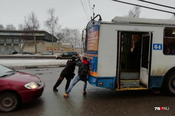 Двое мужчин толкнули троллейбус — и тот поехал дальше