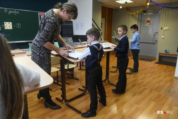 Несколько раз за урок дети меняют парты на конторки, за которыми можно заниматься стоя