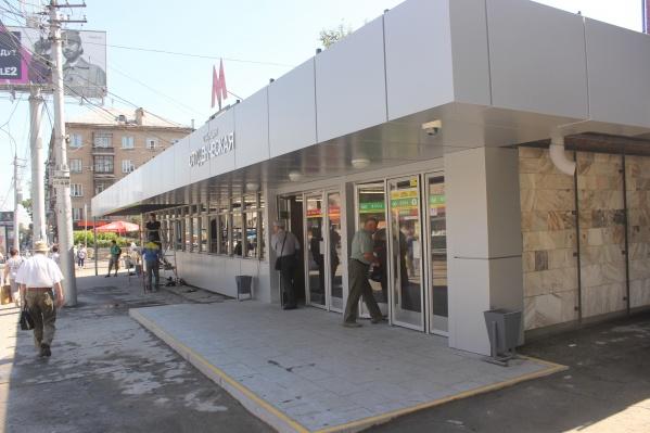 В метрополитене объяснили, что пассажир вышел из первого вагона и упал с платформы, в соцсети «ВКонтакте»приводится другая версия случившегося