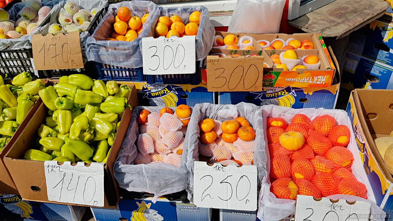 Литр молока стоит 59 рублей, йогурт — около 40 рублей, шаурма— 150–170 рублей. Цены на овощи и фрукты летом такие