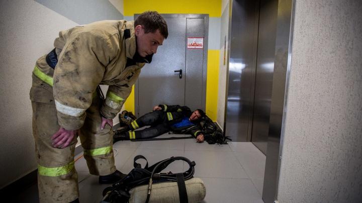 Видео: спасатели на скорость забежали на 26-й этаж дома на левом берегу