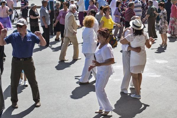 Два пенсионера станут актёрами в новом спектакле Алексея Забегина. На фото — танцы в Центральном парке