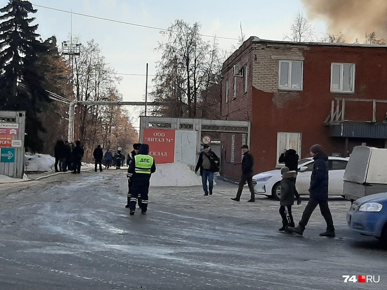Въезд оцепили сотрудники полиции
