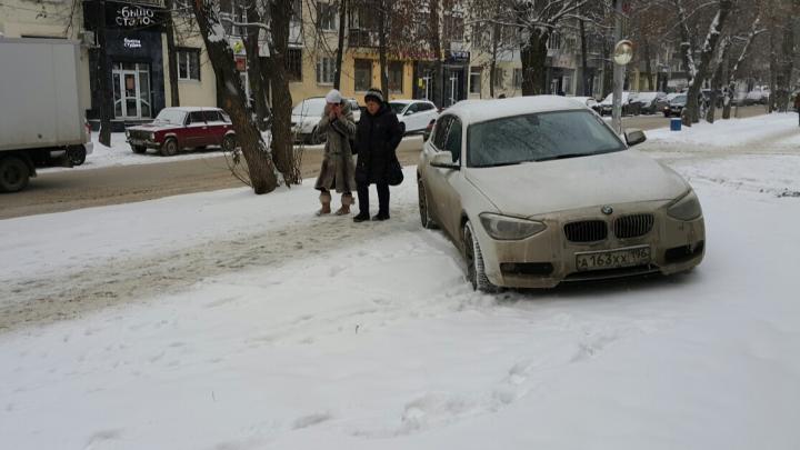 «Я паркуюсь как...»: из-за снегопадов автохамы превратили Екатеринбург в сплошную стоянку