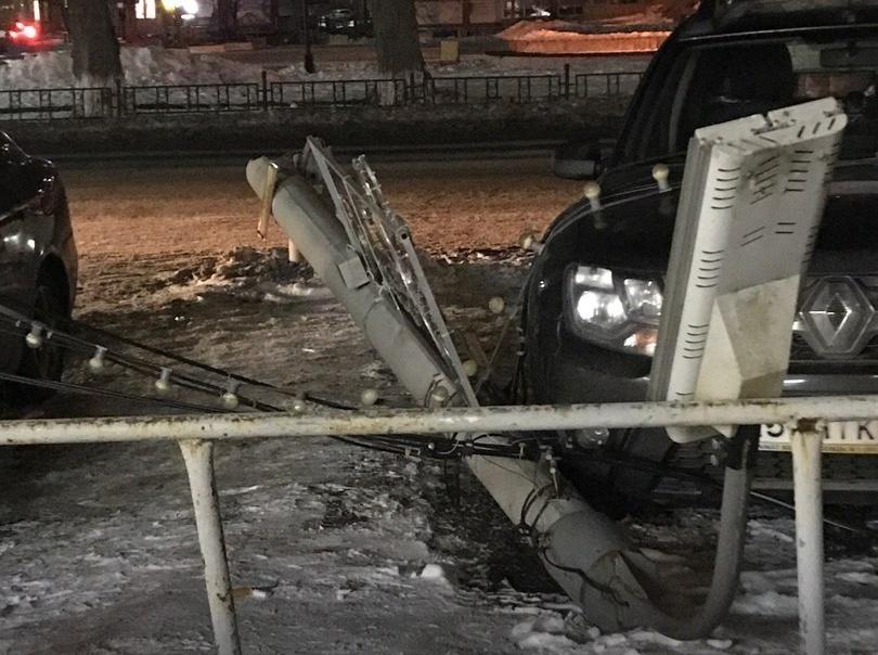 Одна из электроопор упала между припаркованными автомобилями