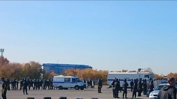 К городскому аэропорту съехались десятки ОМОНовцев в касках