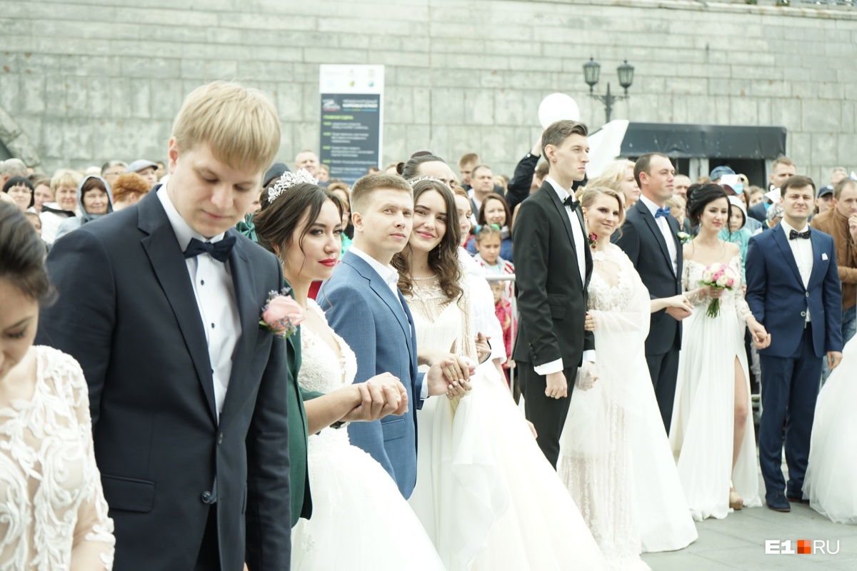 Молодожены на городской свадьбе